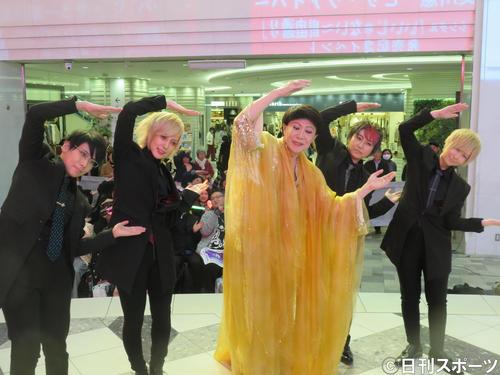 新曲「いいんじゃない~自由通り」のイベントで左から神、春月、美川憲一、優弥、いちる