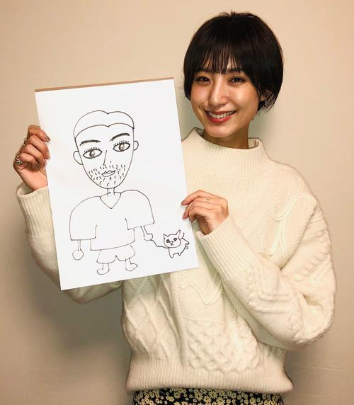 自ら描いた結婚相手の似顔絵を手に笑顔を見せる出岡美咲
