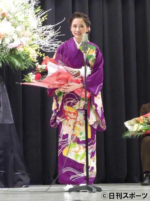 和服姿で受賞スピーチを披露する前田敦子