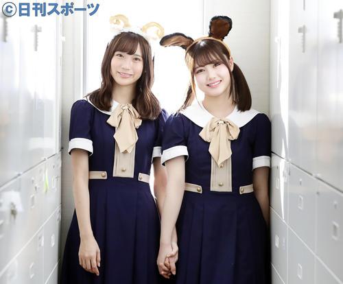 手をつなぎ笑顔の掛橋沙耶香(左)と伊藤理々杏(撮影・浅見桂子)