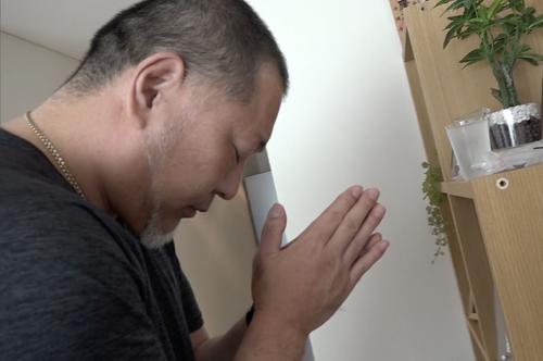 自宅で母親の遺影に手を合わせる清原和博氏
