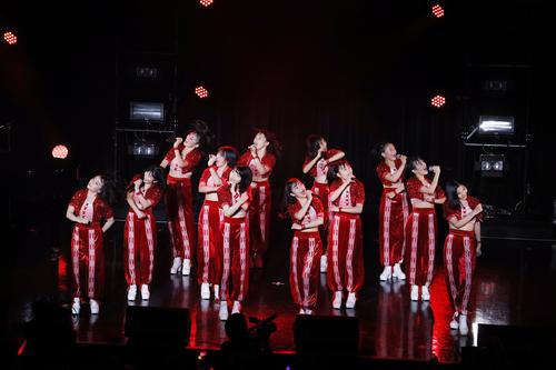 単独ライブ「LIVE BEYOOOOONDS1St」でパフォーマンスをするBEYOOOOONDSのメンバー(外部提供)