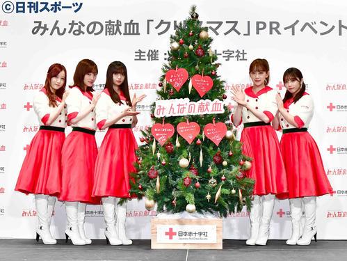 「みんなの献血」クリスマスPRイベントに臨んだ乃木坂46の、左から星野みなみ、山下美月、齋藤飛鳥、堀未央奈、与田祐希(撮影・小沢裕)