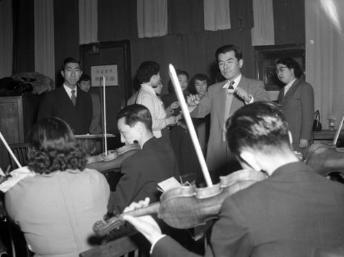53年4月、フォークダンスのレコード「五木の子守唄」のレコーディングに立ち会われる三笠宮さま(左)と指揮をする編曲の古関裕而氏