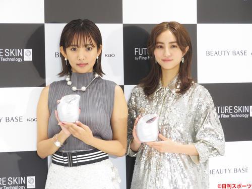 商品を持って笑顔を見せる夏菜(左)と堀田茜(撮影・横山慧)
