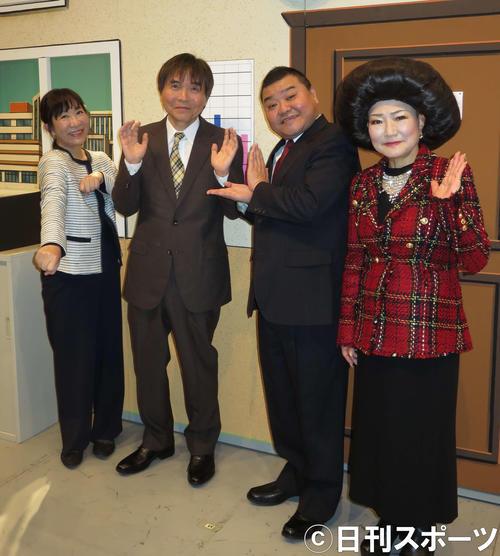 35年ぶり吉本新喜劇へ復帰した佐藤武志(左から2人目)は、出演後(左から)妻の浅香あき恵、川畑泰史座長、ベテラン末成由美と取材に応じた(撮影・村上久美子)