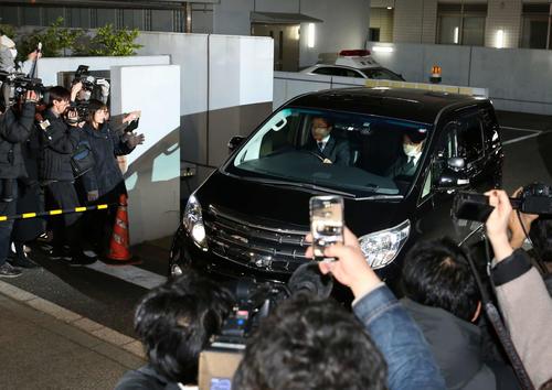 東京湾岸署を出る沢尻エリカ被告を乗せたと思われる車両(撮影・河野匠)