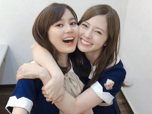 生田絵梨花(左)に笑顔で抱きつく白石麻衣
