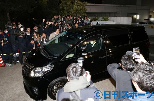 警視庁東京湾岸署を出る沢尻エリカ被告を乗せたと思われる車両(撮影・河野匠)