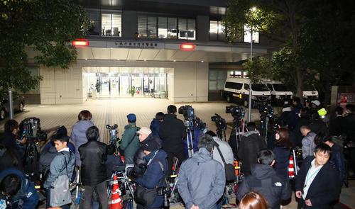 東京湾岸署の前には多くの報道陣らが集まった(撮影・足立雅史)