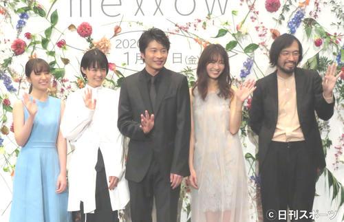 映画「mellow」の完成披露舞台あいさつに出席した、左から松木エレナ、志田彩良、田中圭、岡崎紗絵、今泉力哉監督