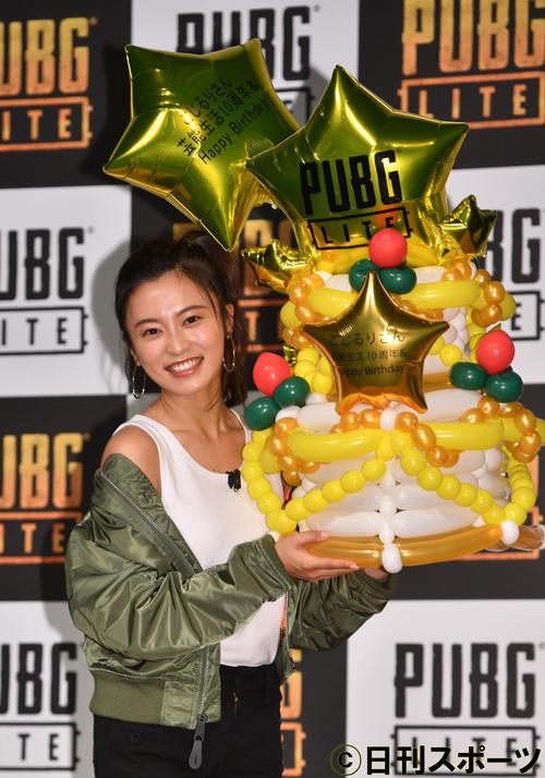 「PUBG LITE」キャラクターのコスプレで登場した小島瑠璃子はバースデーケーキの風船を持つ(撮影・柴田隆二)