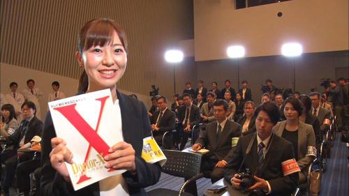 記者役で出演した宮崎玲衣アナウンサーは、「ドクターX」の台本を手にして笑顔