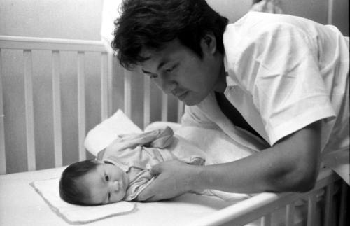 72年、ぎこちない手つきで杏奈(梅宮アンナ)ちゃんを寝かす梅宮辰夫さん