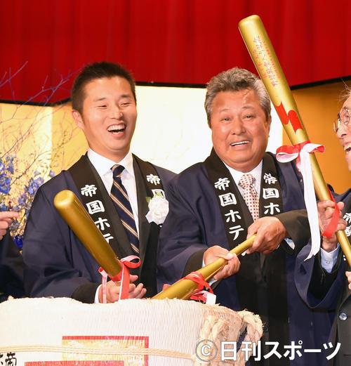 14年、佐々木主浩氏殿堂入りパーティーで鏡開きを行う梅宮辰夫さん(右)とDeNA池田球団社長