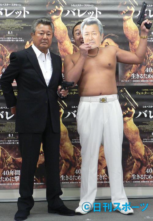 13年、イベントで、そっくりな体をアピールするロバートの秋山竜次(右)と梅宮辰夫さん