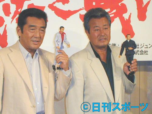 02年8月、「仁義なき戦い」のフィギュアを手にする松方弘樹さん(左)と梅宮辰夫さん