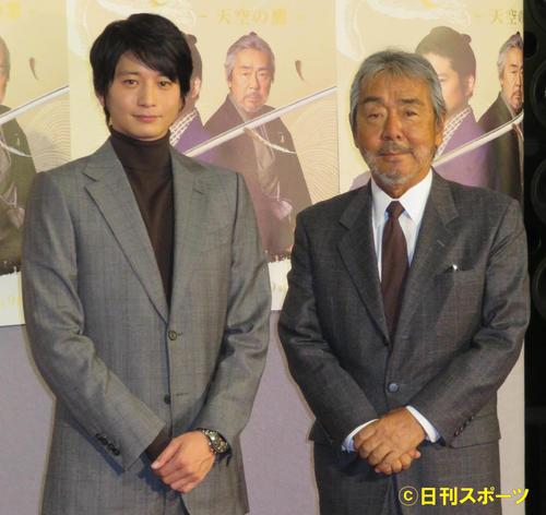 NHK「そろばん侍 風の市兵衛SP」の会見を行った向井理(左)と寺尾聰