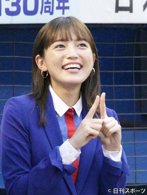 神宮球場で笑顔を見せる女優川口春奈(19年9月3日撮影)