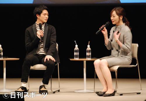 松下洸平(右)の抜てきについて語る制作統括の内田ゆきプロデューサー(撮影・松浦隆司)