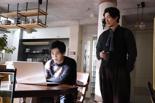 若宮潤一(岩田剛典=左)と最後の事件解決に挑む誉獅子雄(ディーン・フジオカ)(C)フジテレビ