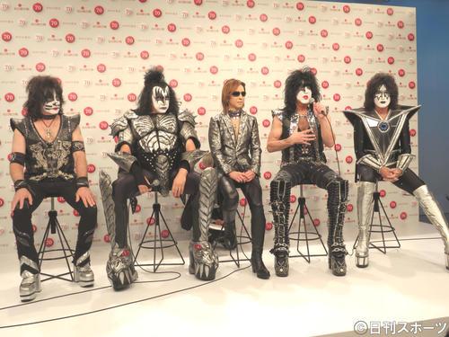紅白歌合戦に「YOSHIKI feat. KISS(ヨシキッス)」として出場するYOSHIKI(中央)とKISS