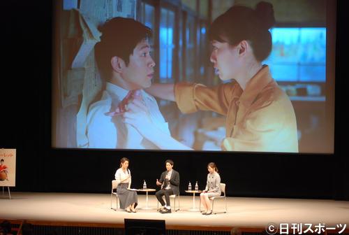 「スカーレット」のイベントに参加し、トークを繰り広げる松下洸平(左から2人目)(撮影・松浦隆司)