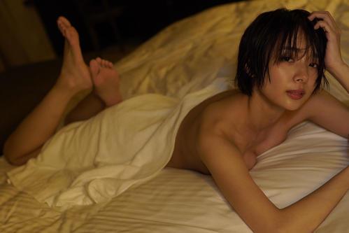 2冊目の写真集「secret trip」でセクシーショットを披露する岡田紗佳