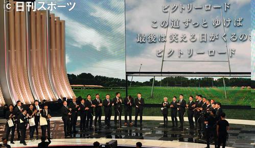 第70回NHK紅白歌合戦 「ビクトリーロード」を熱唱するラグビー日本代表(撮影・横山健太)