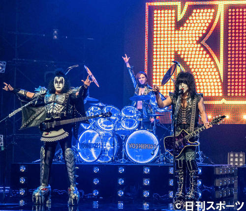 「Rock And Roll All Nite-YOSHIKISS version.-」でKISSと共演するYOSHIKI