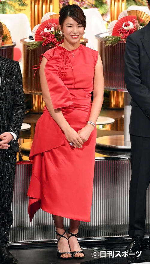 赤いドレス姿で紅白審査員を務める女子プロゴルファーの渋野日向子(撮影・横山健太)