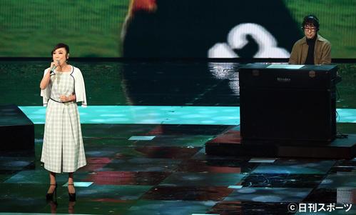 第70回NHK紅白歌合戦 「ノーサイド」を熱唱する松任谷由実。右は松任谷正隆(撮影・横山健太)