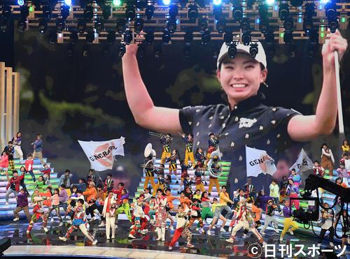 渋野日向子の映像をバックに「EXPerience Greatness」を熱唱するGENERATIONS(撮影・横山健太)