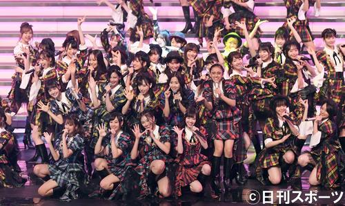 「恋するフォーチュンクッキー~紅白世界選抜SP~」で盛り上がるAKB48(撮影・横山健太)