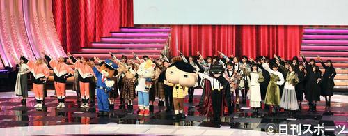 第70回NHK紅白歌合戦 特別企画「ププッとフムッとかいけつダンス」でおしりたんていといっしょにダンスする出演者(撮影・横山健太)