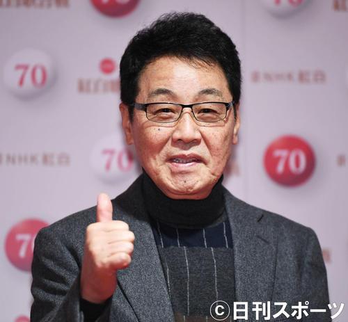 NHK紅白歌合戦のリハーサルを終え、親指を立てて笑顔を見せる五木ひろし(撮影・加藤諒)