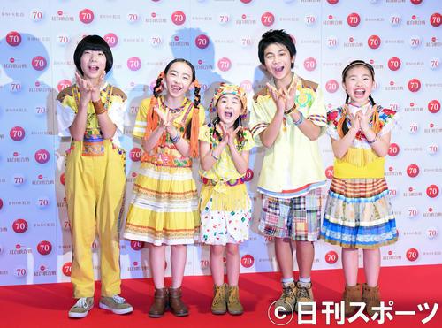 NHK紅白歌合戦のリハーサルを終え、「パプリカポーズ」で笑顔を見せるFoorinの、左からたける、もえの、ちせ、ひゅうが、りりこ(撮影・加藤諒)