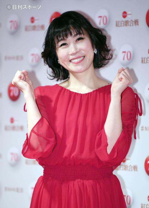 NHK紅白歌合戦のリハーサルを終え、笑顔でポーズをとる水森かおり(撮影・加藤諒)