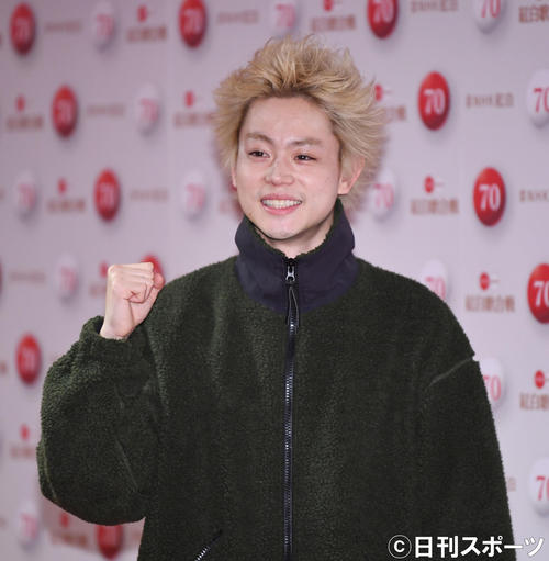 NHK紅白歌合戦のリハーサルを終え、笑顔でガッツポーズを見せる菅田将暉(撮影・加藤諒)