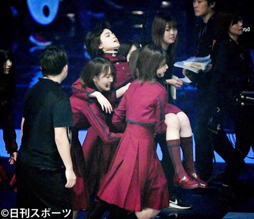 「不協和音」を熱唱し、メンバーに担がれステージを後にする欅坂46平手友梨奈(撮影・横山健太)