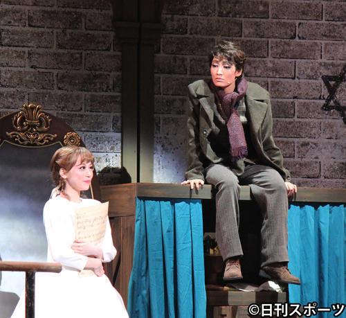 少年期も自ら演じた雪組トップ望海風斗(右)と、相手娘役の真彩希帆(撮影・村上久美子)