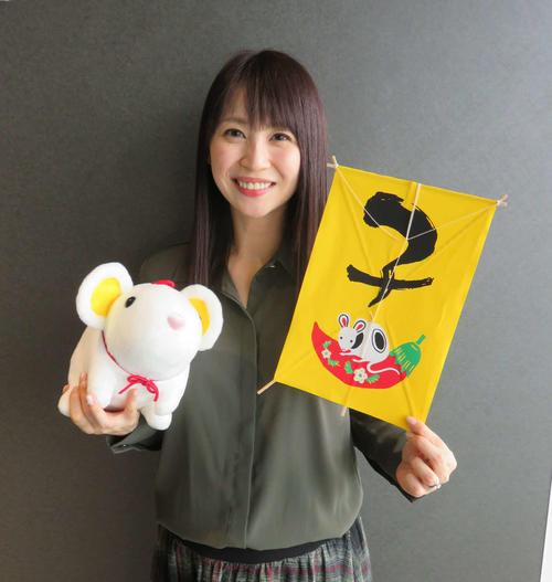静岡朝日テレビの広瀬麻知子アナウンサーは、子(ね)年を描いた小型たこと、ネズミのぬいぐるみを持って笑顔
