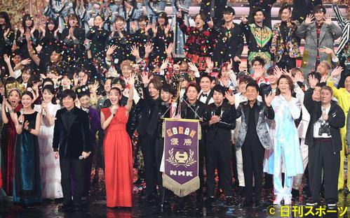 第70回NHK紅白歌合戦 エンディングを迎えファンの声援に応える出演者たち(2019年12月31日撮影)
