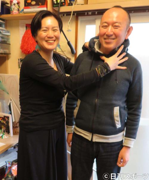 仕事場で妻の晃子さんにつかみかかられる足立紳氏(撮影・村上幸将)