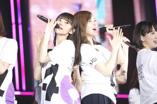 ライブでパフォーマンスする白石麻衣(右)。左は齋藤飛鳥