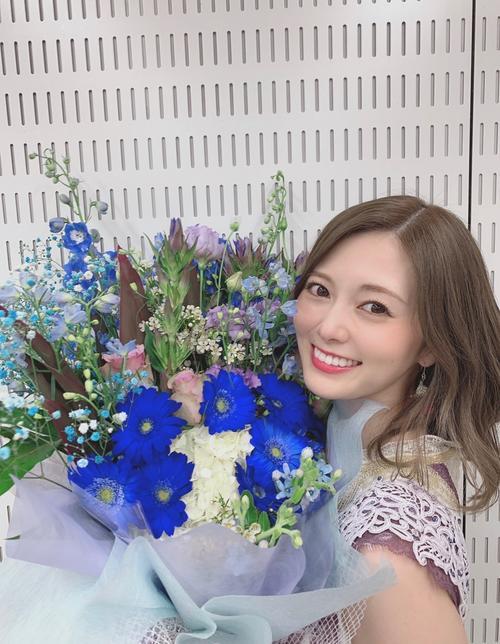 テレビ番組出演時、花束を受け取った白石麻衣。親友の松村沙友理が撮影した