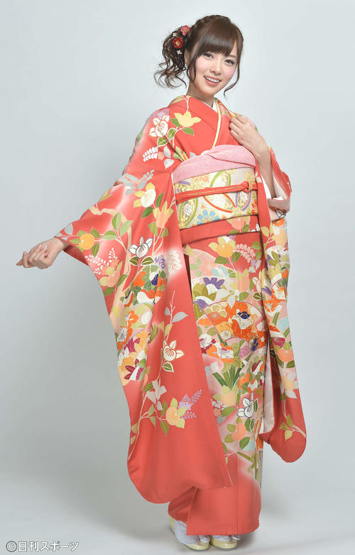 成人式を迎え艶やかな着物姿を披露した白石麻衣(13年1月13日)