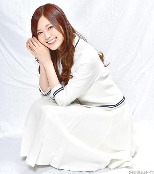 インタビューで笑顔を見せる白石麻衣(17年6月)