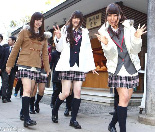 デビューシングルヒット祈願で笑顔を振りまく、左から白石麻衣、松村沙友里、衛藤美彩ら乃木坂46(12年1月5日)