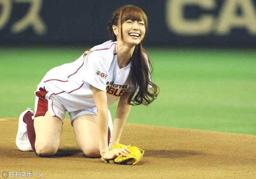 楽天-日本ハム戦で始球式を行行った乃木坂46の白石麻衣は、ベースまでボールが届かずマウンドに崩れ落ちる(13年7月9日)